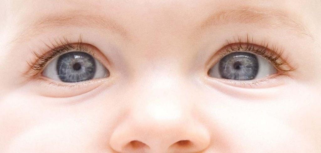 Beneficios visuales de poner al bebé boca abajo
